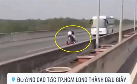 Đôi nam nữ lao xe máy ngược chiều trên cao tốc TPHCM - Long Thành - Dầu Giây