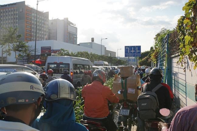 Ket xe nghiem trong tai cua ngo san bay Tan Son Nhat chieu cuoi nam