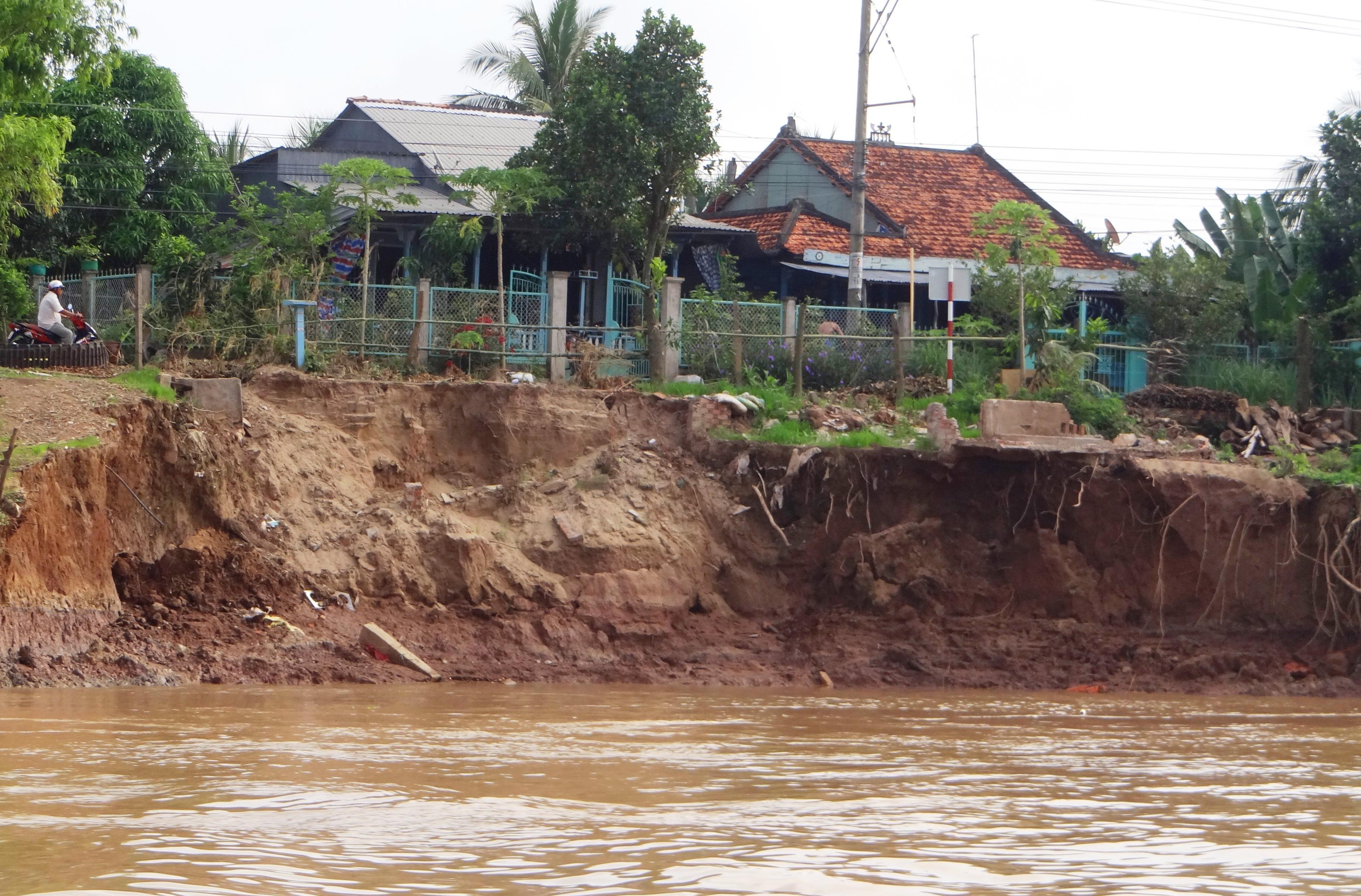 Tình trạng sạt lở gia tăng ở đồng bằng sông Cửu Long khiến cuộc sống của người dân vốn đã khốn khó càng thêm lao đao