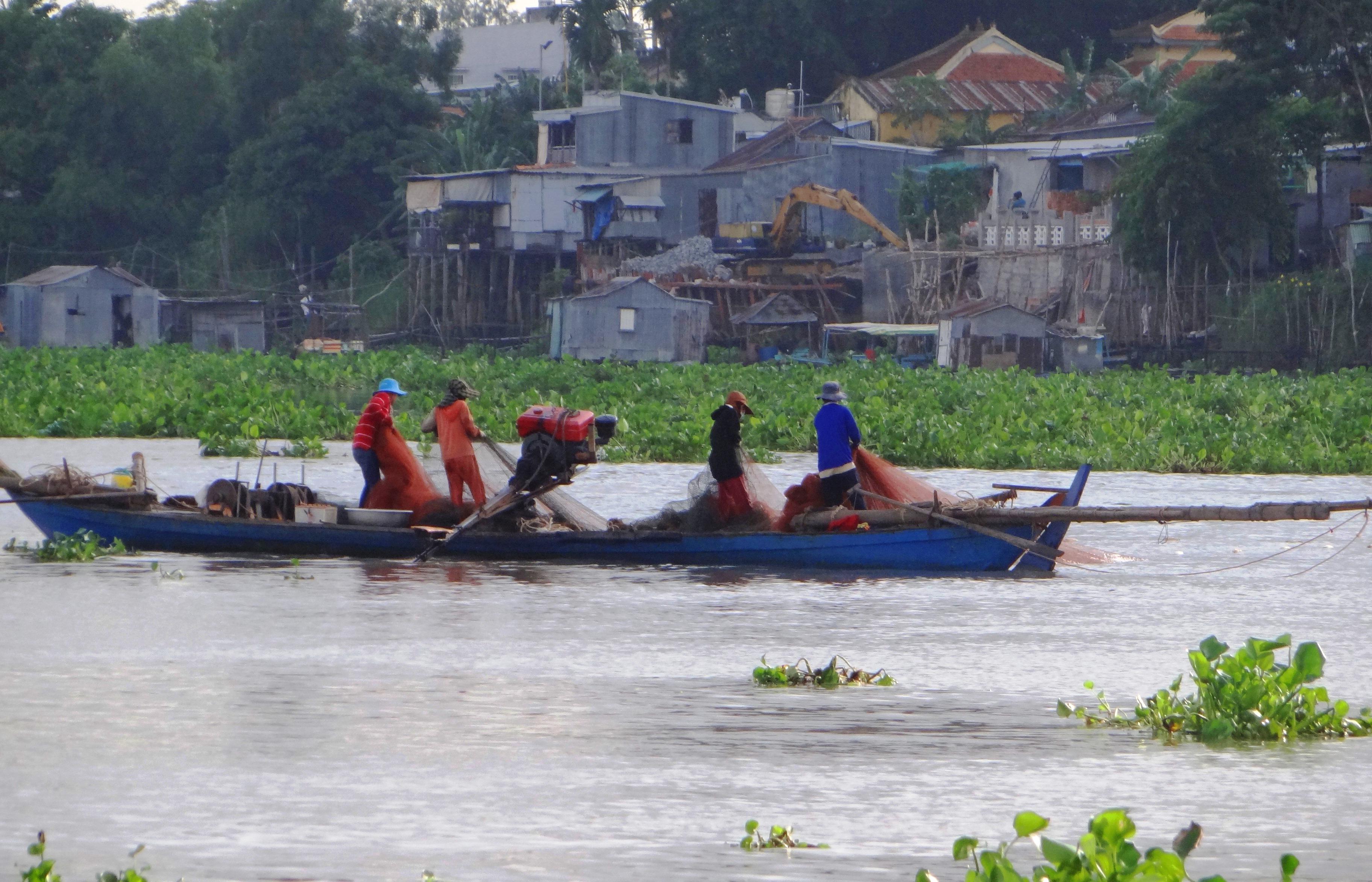 Những dòng sông ở đồng bằng sông Cửu Long ngày càng cạn kiệt cá, tôm khiến cuộc sống của những người dân sống dựa vào sông nước cũng bấp bênh theo