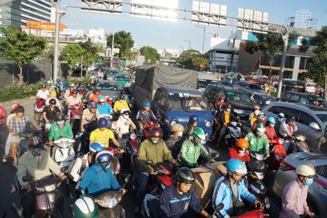 Kẹt xe nghiêm trọng tại cửa ngõ sân bay Tân Sơn Nhất chiều cuối năm