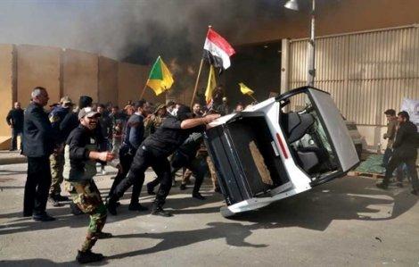 Người biểu tình tấn công Đại sứ quán Mỹ tại Iraq.