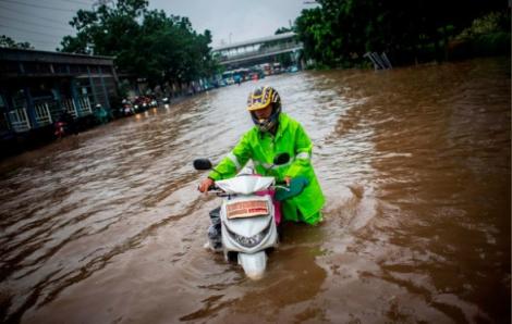 Mưa lũ vào ngày đầu năm mới khiến 21 người thiệt mạng ở Jakarta, Indonesia