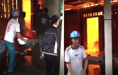Người dân dùng chậu hắt nước dập lửa, cứu ngôi nhà gỗ của đôi vợ chồng nghèo