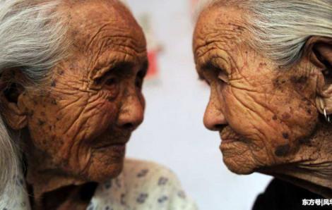 Hai chị em sinh đôi 105 tuổi xuất giá cùng năm, qua đời cùng năm