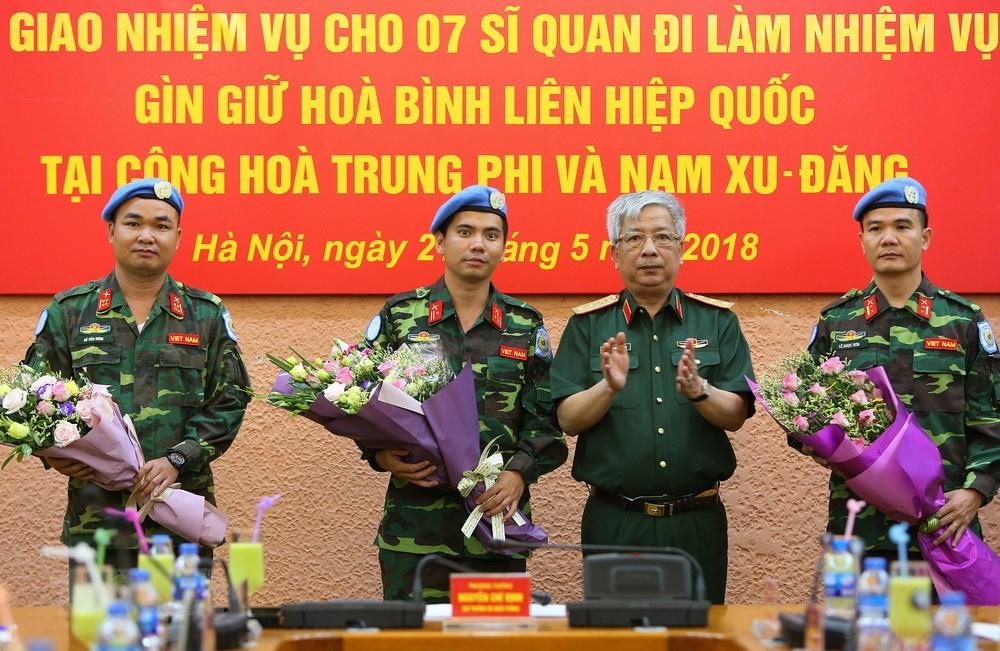 Thứ trưởng Bộ Quốc phòng - Thượng tướng Nguyễn Chí Vịnh (thứ hai từ phải sang) tặng hoa cho các sĩ quan hoàn thành nhiệm vụ tại Cộng hòa Trung Phi - Ảnh VNA