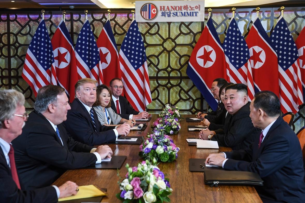 Tổng thống Mỹ Donald Trump và Chủ tịch Cộng hòa Dân chủ Nhân dân Triều Tiên Kim Jong-un trong cuộc họp vào ngày thứ hai của Hội nghị thượng đỉnh Mỹ - Triều Tiên tại Hà Nội vào tháng 2/2019. - Ảnh: AFP