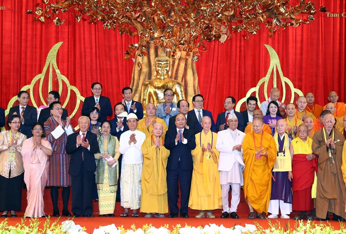 Thủ tướng Nguyễn Xuân Phúc và các đại biểu tại lễ khai mạc Ngày Vesak của LHQ lần thứ 16 năm 2019 tại Hà Nam - Ảnh: VNA