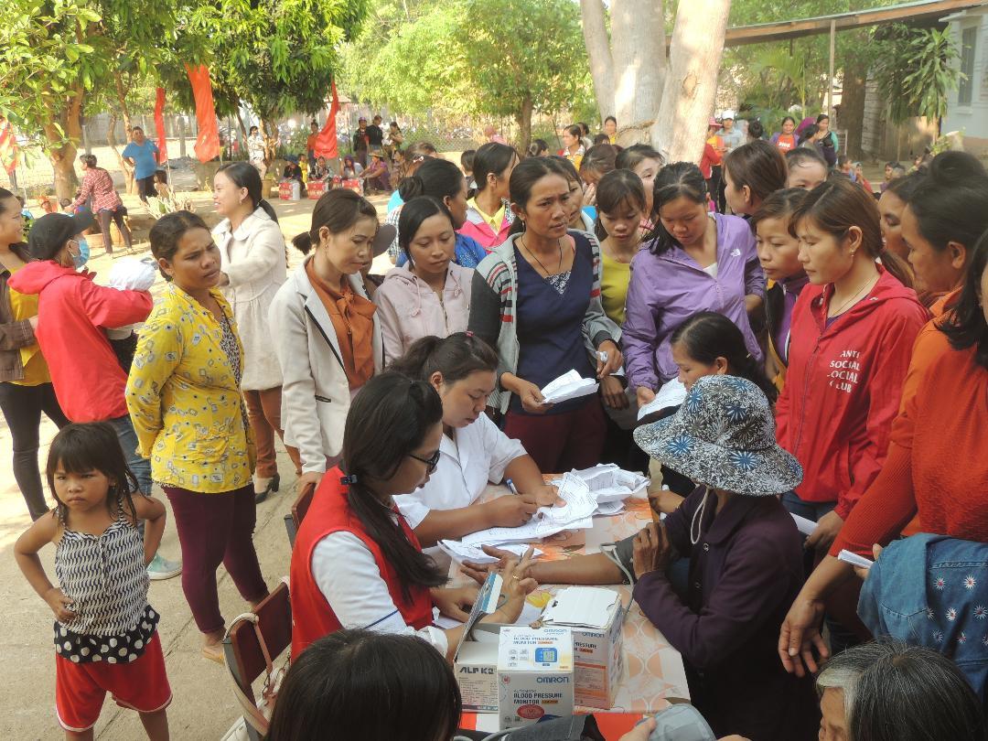 Trong chuyến từ thiện, Hội LHPN TP.HCM đã tổ chức khám bệnh và phát thuốc miễn phí cho chị em phụ nữ tại xã Ia Mơ, huyện biên giới Chư Prông, tỉnh Gia Lai.