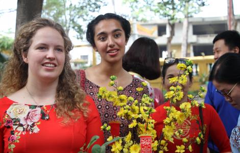 Hàng trăm người nước ngoài diện áo dài hòa nhập không khí tết cổ truyền Việt Nam