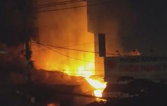 Cháy lớn nhà xưởng gỗ rộng hàng ngàn mét vuông ở ngoại ô Sài Gòn