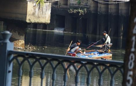 Kênh Nhiêu Lộc - Thị Nghè bất ngờ trơ đáy, nhiều đối tượng bắt cá bằng xung điện hoành hành