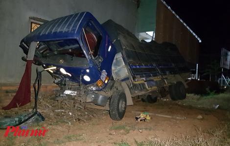 Xe tải lao vào nhà dân, 3 người bị thương, 8 người may mắn thoát chết