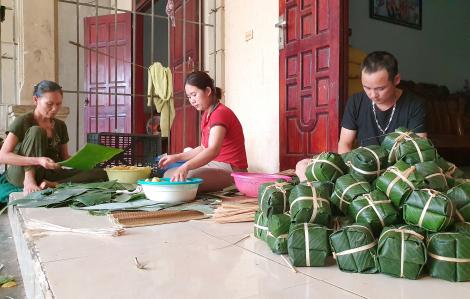Làng nghề bánh chưng co kéo trong 'cơn bão giá' thịt heo