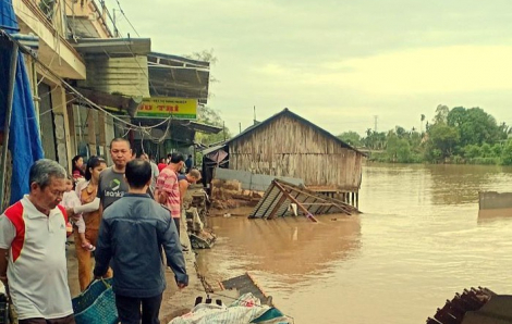 Sạt lở làm 3 căn nhà, 4 người bị cuốn xuống sông Rạch Vọp