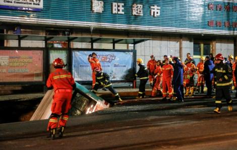 Hố tử thần xuất hiện bên ngoài bệnh viện Trung Quốc, 6 người chết