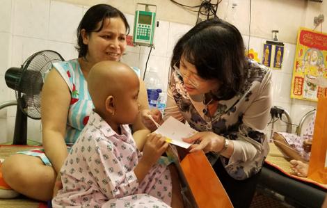 Phó chủ tịch nước Đặng Thị Ngọc Thịnh thăm, động viên bệnh nhân ung thư vượt qua bệnh tật