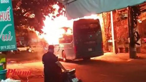 Xe khách cháy dữ dội trên đường phố Sài Gòn