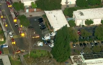 Máy bay xả nhiên liệu xuống đầu học sinh tiểu học trên sân trường