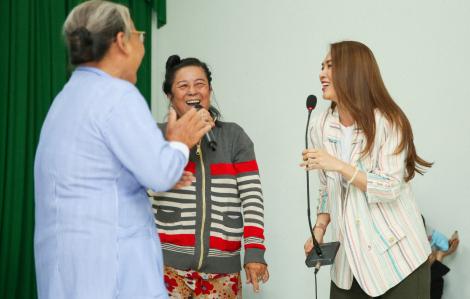 Khán giả tình nguyện lên 'đọ giọng' cùng Mỹ Tâm trong buổi phát quà từ thiện