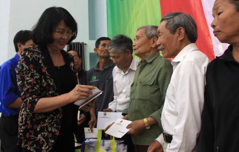 Phó chủ tịch nước Đặng Thị Ngọc Thịnh thăm, tặng 100 suất quà tại tỉnh Đắk Nông