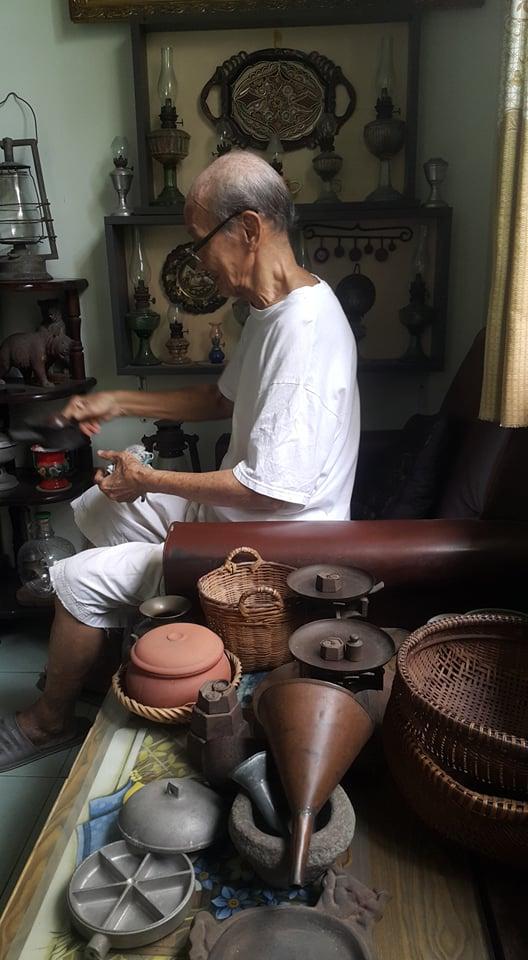 Cụ Ân cẩn trọng lau chùi từng vật dụng làm bếp từ cách đây nhiều thập niên mà cụ còn lưu giữ
