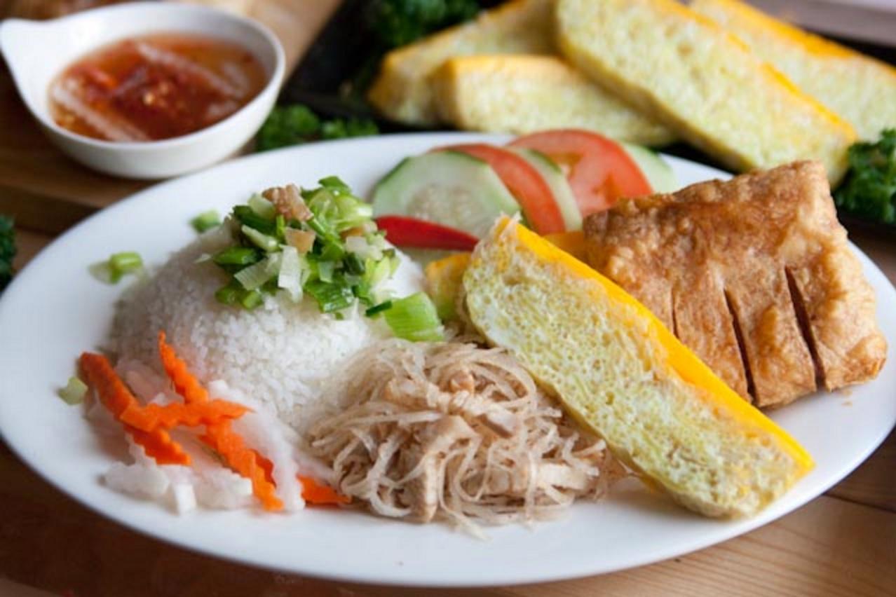 """Món cơm tấm """"sà bì chưởng"""" - sườn bì chả được xem là món đặc sản của đất Sài Gòn"""