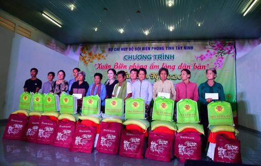 Mang Xuân về với đồng bào nghèo biên giới Tân Châu