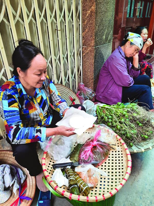 Người bán cơm nắm ở ngõ Tô Hoàng, phường Bạch Mai,  quận Hai Bà Trưng, Hà Nội