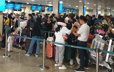 Sân bay Tân Sơn Nhất chen chúc người chờ về quê ngày 24 Tết
