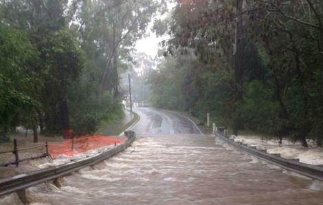 Nước Úc cùng lúc hứng chịu cháy rừng, bão lũ và mưa đá
