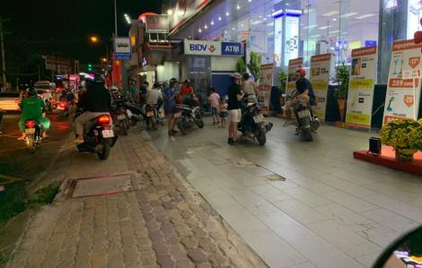 Nhiều cây ATM 'thất thủ', khách nhờ dịch vụ rút hộ