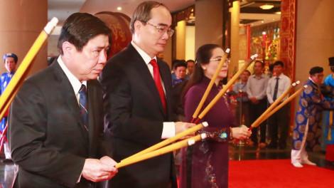 Lãnh đạo TPHCM dâng bánh tét cúng Quốc tổ Vua Hùng
