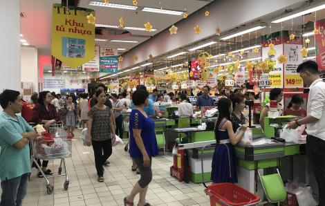 Rồng rắn xếp hàng chờ tính tiền tại siêu thị nửa đêm 28 Tết
