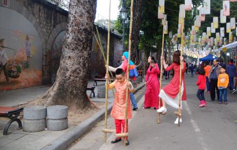 Thảnh thơi ở phố bích họa Phùng Hưng