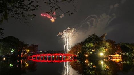 Người Sài Gòn đeo khẩu trang đón giao thừa, Hà Nội chào năm mới sau cơn mưa