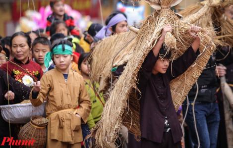 Độc đáo lễ hội 'Trâu rơm bò rạ' tái hiện nghề nông cổ truyền