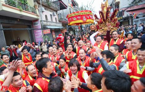 Hàng ngàn người đổ về Bắc Ninh tham gia lễ hội rước pháo Đồng Kỵ