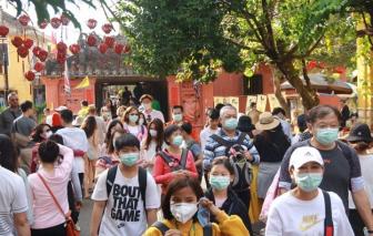 Du khách tham quan phố cổ Hội An được phát khẩu trang y tế miễn phí