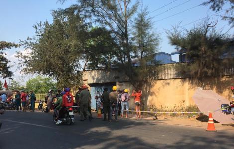 Lao xe máy vào gốc cây thông khi vào cua, 2 người đàn ông thương vong