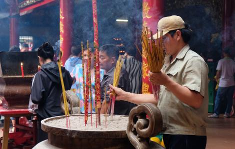 Nhang chưa kịp cháy đã bị rút ra, người dân vẫn đổ xô đi chùa đầu năm bất chấp virus corona