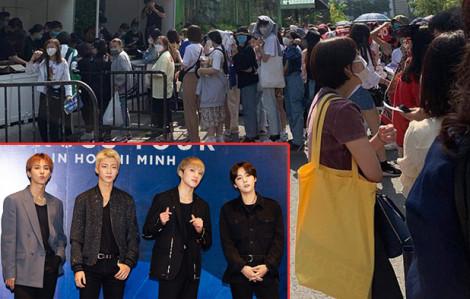 Giữa tâm dịch corona, fan 'rồng rắn' xếp hàng từ trưa đợi xem concert của nhóm nhạc Hàn Quốc