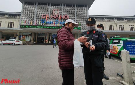 Công an Hà Nội phạt nặng gian thương 'chặt chém', phát khẩu trang miễn phí tại nhà ga