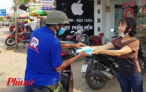 'Chuyện lạ' ở một điểm cấp phát khẩu trang miễn phí ở Bình Phước