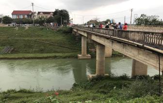 Ô tô lao xuống sông từ độ cao hàng chục mét khi tránh bò băng qua đường