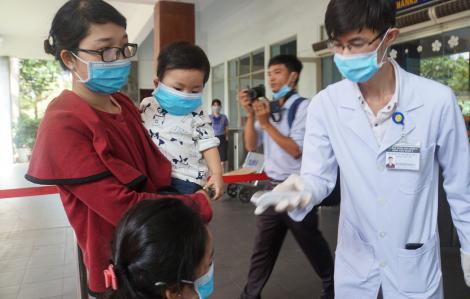 Lập chốt đo thân nhiệt kiểm soát virus corona ở Ga Sài Gòn