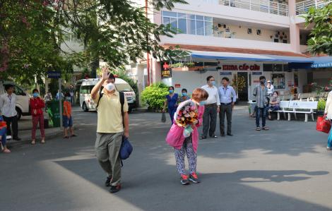 Mẹ của chàng trai người Trung Quốc nhiễm corona nói gì khi hai mẹ con xuất viện chiều nay?
