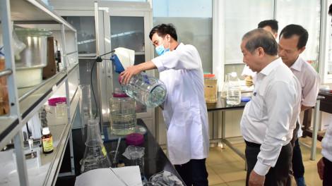 Trường Cao đẳng Công nghiệp Huế sản xuất nước rửa tay khô tặng người dân