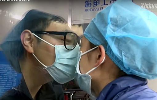 Clip: Làm việc ngày đêm chống virus corona, nữ y tá gửi nụ hôn qua cửa kính cho bạn trai