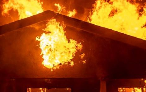 Mâu thuẫn với vợ, chồng đốt nhà khiến ba cha con tử vong